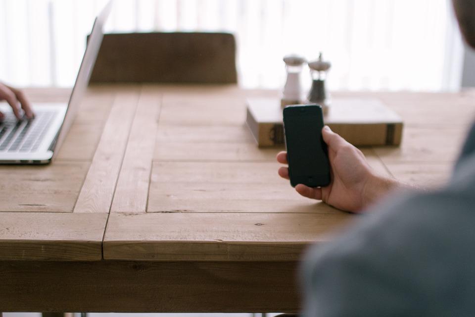 https://pixabay.com/en/smartphone-blogging-home-office-505851/