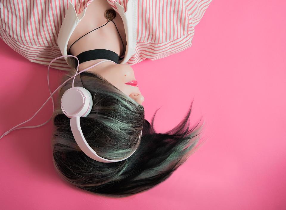 https://pixabay.com/en/girl-music-pink-fashion-listen-1990347/
