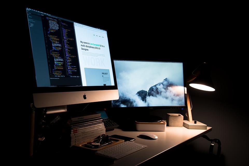 https://pixabay.com/en/apple-books-computers-desk-desktop-1839046/