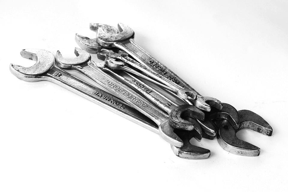https://pixabay.com/en/tools-set-handyman-hand-white-1551451/